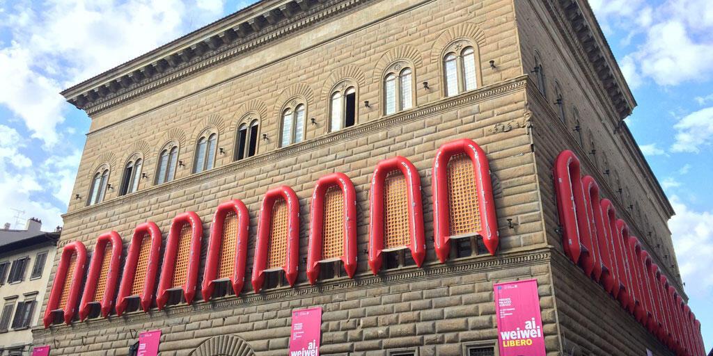 Les canots de sauvetage de Ai Weiwei accrochés au Palazzo Strozzi de Florence pour évoquer le drame des réfugiés en Méditerranée.