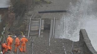 Des techniciens inspectent les dégâts sur la ligne ferroviaire de Dawlish.