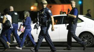 Polícia de Dallas, Texas (Estados Unidos), escolta residentes a 7 de Julho de 2016, .