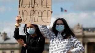 À Paris, plusieurs milliers de personnes se sont rassemblées près de l'ambassade des États-Unis le 6 juin pour réclamer «Justice pour tous».