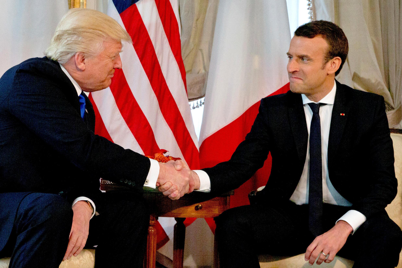 Le président français Emmanuel Macron rencontre à Bruxelles, le 25 mai 2017, son homologue américain. La scène de la poignée de main.