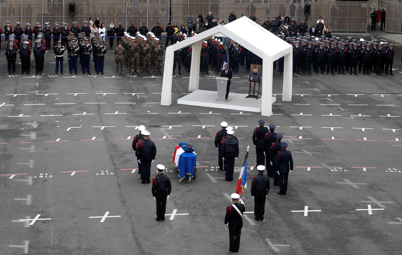 دو نامزد ریاست جمهوری در مراسم یادبود مأمور پلیسی که در حملۀ تروریستی خیابان شانزه لیزه کشته شد حضور داشتند