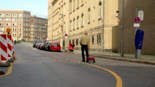 """Com um carrinho de mão e 99 celulares, o alemão Simon Weckert """"hackeou"""" o Google Maps nas ruas de Berlim"""