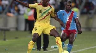 Le Malien Modibo Maïga (à g.) à la lutte avec le Congolais Issama Mpeko.