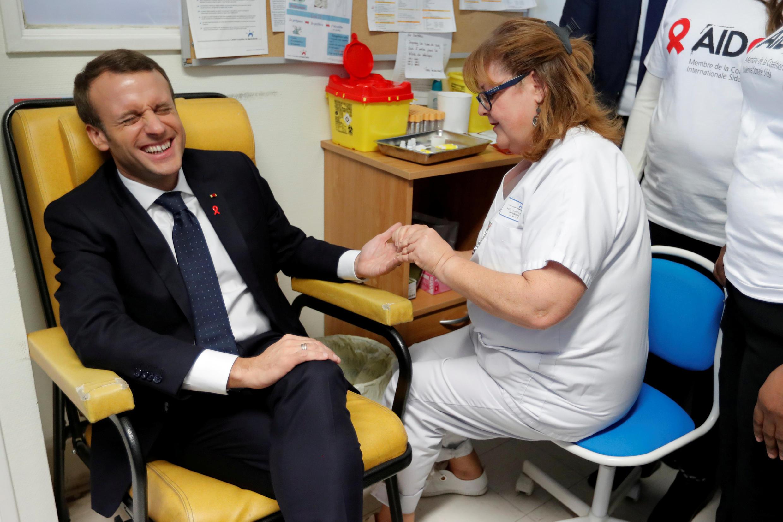 Эмманюэль Макрон сдает кровь на анализ на ВИЧ-инфекцию в медицинском центре Делафонтен в парижском пригороде Сен-Дени, 1 декабря 2017.
