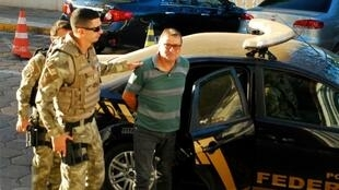 Cesare Battisti escorted by police on October 5, 2017 in Corumba, Mato Grosso do Sul State, Brazil, after a federal judge ordered his preventive detention