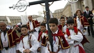 Crianças participaram da Jornada das Irmandades e da Piedade Popular, neste domingo, na Praça São Pedro.
