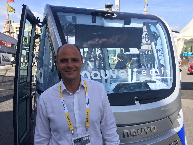 Nicolas de Crémiers, diretor de marketing da Navya, em frente ao microônibus