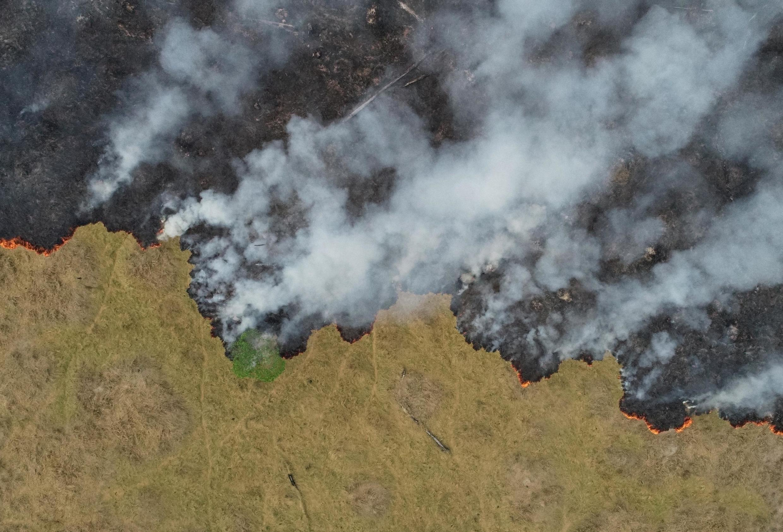 Uma vista aérea mostra a fumaça subindo sobre um terreno desmatado da selva amazônica em Porto Velho, Rondônia, Brasil (24/08/2019)
