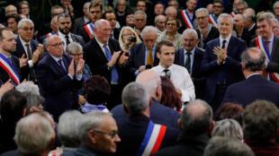 Emmanuel Macron face aux maires de France, lors du lancement du grand débat national à Bourgtheroulde, le 15 janvier 2019.