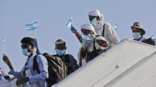 Juifs éthiopiens à leur arrivée en Israël, en mai 2020.