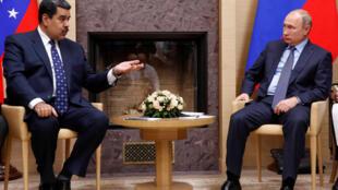 O presidente russo, Vladimir Putin (R), encontrou-se com o seu presidente venezuelano, Nicolas Maduro, na residência do estado de Novo-Ogaryovo, nos arredores de Moscou, Rússia, em 5 de dezembro de 2018.
