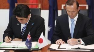 Thủ tướng Nhật Shinzo Abe (T) và Thủ tướng Úc Tony Abbott ký thỏa thuận chuyển giao  thiết bị và công nghệ quốc phòng, ngày 08/07/ tại Canberra.