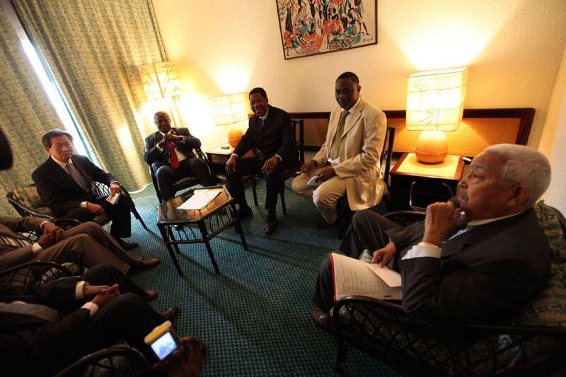 Os Presidentes: Pedro Pires (Dir) de Cabo Verde, Thomas Yayi Boni do Benin (3° Dir), e Ernest Bai Koroma da Serra Leoa (4° Dir), juntamente com o chefe da missão da Onuci na Costa do Marfim, Jong Jin  Choi (Esq). Abidjan, 28 Dez. 2010.