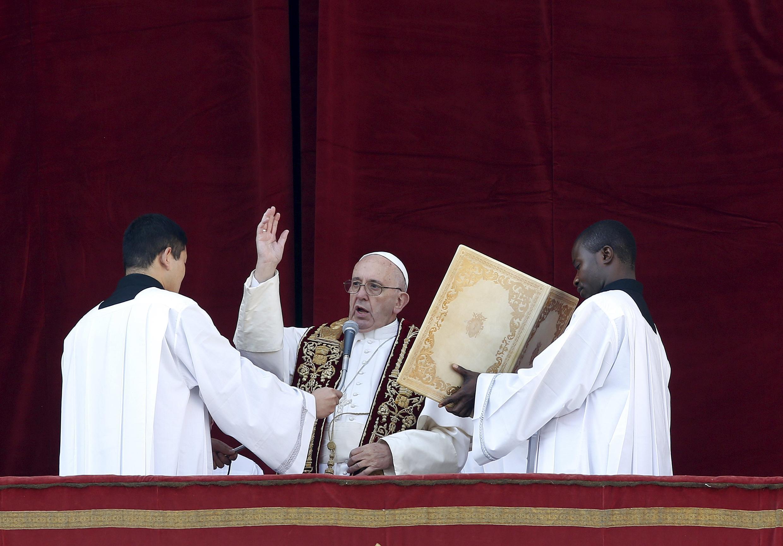 پاپ فرانسیس، پیام خود را خطاب به «شهر رم و جهان» قرائت کرد.