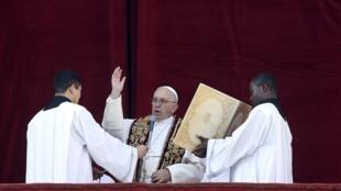 Đức Giáo hoàng Phanxicô đọc lời chúc phép lành Urbi et Orbi ( cho thành Roma và cho thế giới ) nhân Lễ Giáng Sinh 2015