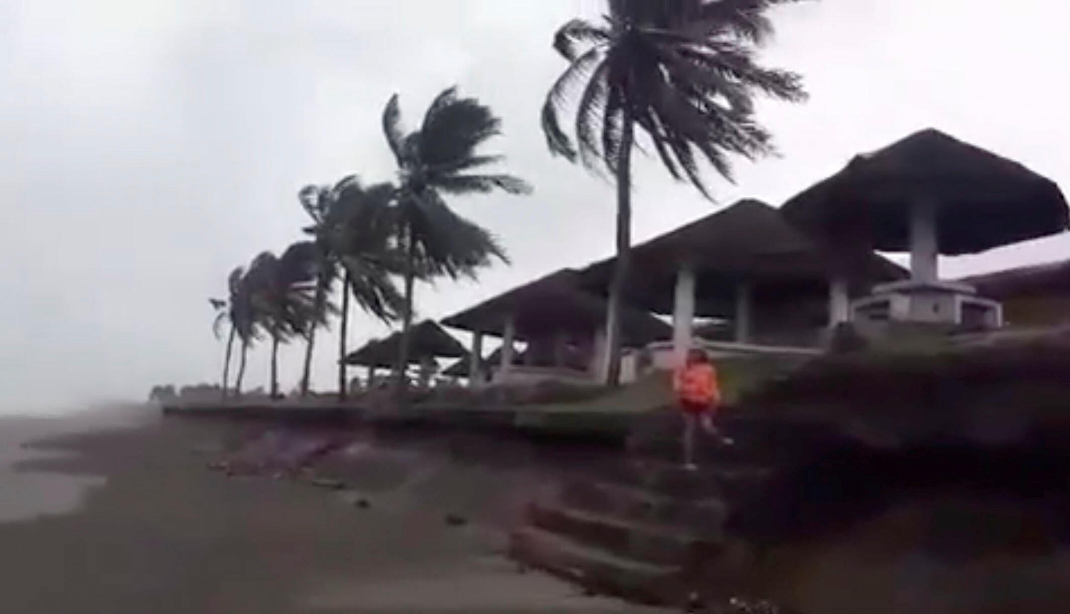 De fortes pluies ont commencé à s'abattre et les vents sont violent, ici dans la province de Cagayan au nord des Philippines.