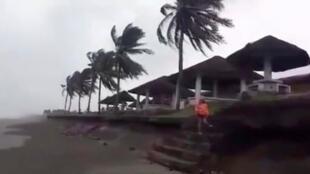 Gió mạnh tại Buguey, Cagayan, Philippines, ngày 14/09/2018.