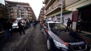 Les Carabiniere se tiennent en état d'alerte à l'occasion d'une manifestation organisée par les journalistes italiens afin de défendre le droit à la liberté d'expression, à Ostie, le 10 novembre 2017.