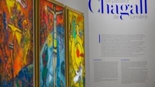Esta foto tomada el 25 de noviembre de 2020 muestra tres creaciones de Marc Chagall en el marco de una exposición dedicada al artista en el Centro Pompidou-Metz