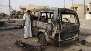 Veículo danificado após explosão de um carro-bomba em Bagdá no dia 3 de outrubro de 2013.