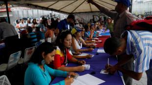 """مردم ونزوئلا در همهپرسی که توسط ائتلاف اپوزیسیون این کشور سازماندهی شده، با انداختن رأی خود در صندوق، مخالفتشان را با طرح انتخابات """"نیکلاس مادورو"""" در زمینه بازنویسی قانون اساسی ونزوئلا اعلام میکنند. یکشنبه ٢۵ تیر/ ١۶ ژوئیه ٢٠۱٧"""