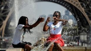 Туристы спасаются от жары в фонтане Трокадеро