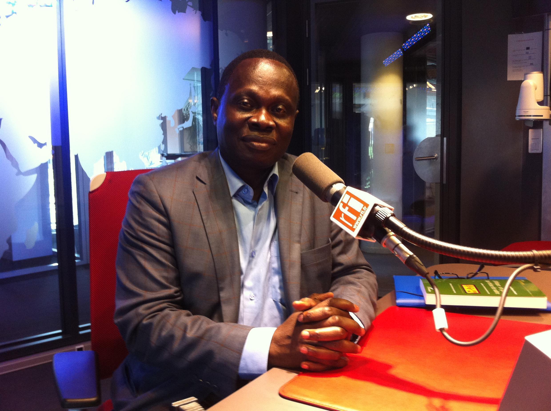 René N'Guettia Kouassi, auteur de «L'Afrique : un géant qui refuse de naître» (Editions L'Harmattan), dans les locaux de RFI, le 1er août 2015.