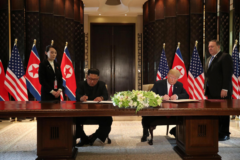 Rais wa Marekani, Donald Trump na kiongozi wa Korea Kaskazini Kim Jong-un wakisaini hati ya pamoja katika Hoteli ya Capella kwenye kisiwa cha Sentosa, Singapore, Juni 12, 2018.