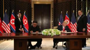 Rais wa Marekani Donald Trump na kiongozi wa Korea Kaskazini Kim Jong-un wakisaini hati ya pamoja katika Hoteli ya Capella katika kisiwa cha Sentosa Island, Singapore, Juni 12, 2018.