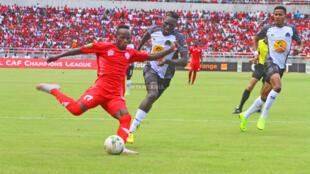 Kiungo wa Simba Clatous Chama akichuana na Joseph Ochaya wa TP Mazembe katika mchezo wa ligi ya mabingwa Afrika