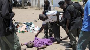 'Yan Sandan Najeriya suna binciken gawar wani a kan hanya a birnin Maiguri Jahar Borno a Najeriya