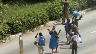 忠于巴博的士兵仍把守着总统府,平民经过附近时要举起双手。