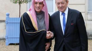 Le ministre des Affaires étrangères français Jean-Yves Le Drian et son homologue saoudien, Adel Al Jubeir, le 13 décembre 2017 à l'occasion du sommet sur le G5 Sahel.