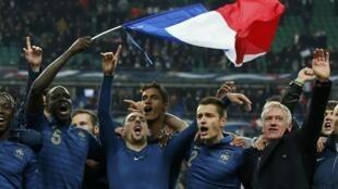 Técnico Didier Deschamps (à dir.) e jogadores comemoram classificação para Copa de 2014 após vitória sobre a Ucrânia.