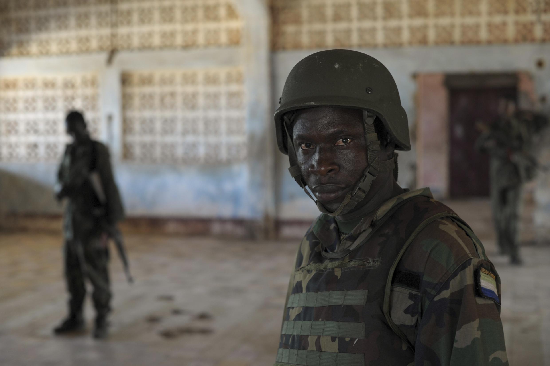 Un soldat sierra-leonais, membre des forces de l'Amisom, devant le siège de l'armée somalienne à Kismayo, le 21 septembre 2013.