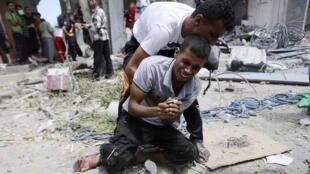 Un palestino en Rafah llora la muerte de su madre en un bombardeo israelí, 4 de agosto de 2014.