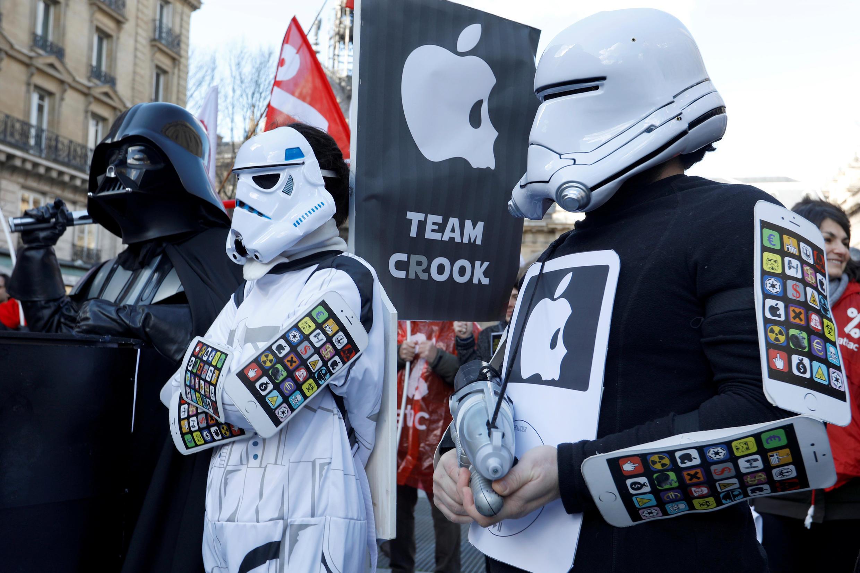 Des militants d'Attac manifestent contre Apple devant le Palais de justice de Paris, le 12 février 2018.