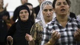 伊拉克摩蘇爾基督徒祈禱資料圖片