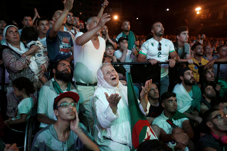 Des supporters de l'Algérie regardent la demi-finale de la CAN 2019 remportée par leur équipe, à Alger, le 14 juillet 2019.