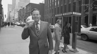 John F. Mitchell, vice-président de Motorola, utilise le premier modèle de téléphone portable à New-York en 1973.