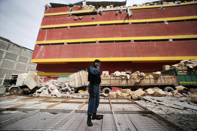 Un agent de sécurité constate les dégâts causés par les répliques dans la Zone Franche (Zofri), près du port de Iquique, le 4 avril 2014.