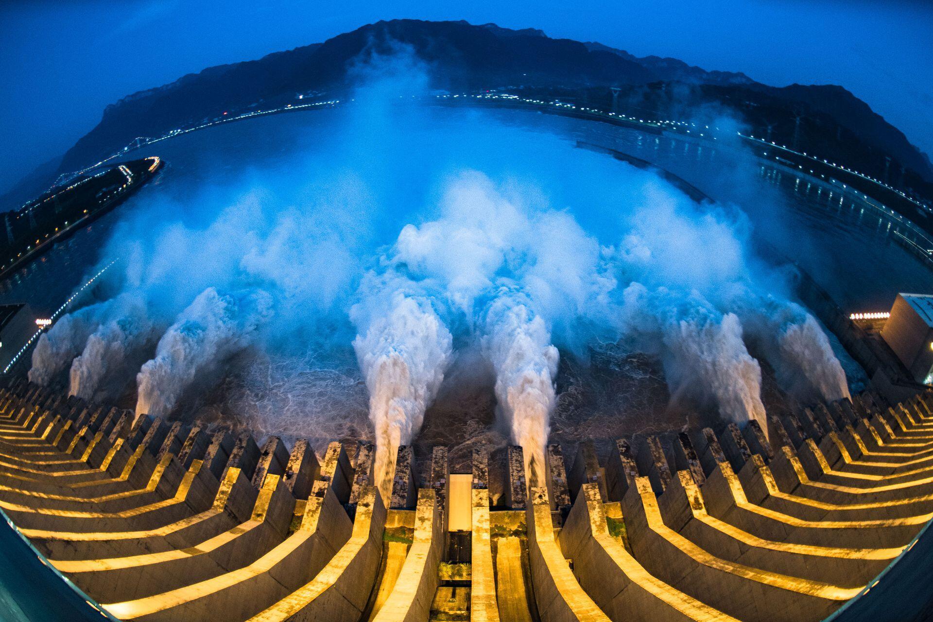 7月19日,三峡水库开启泄洪深孔泄洪。