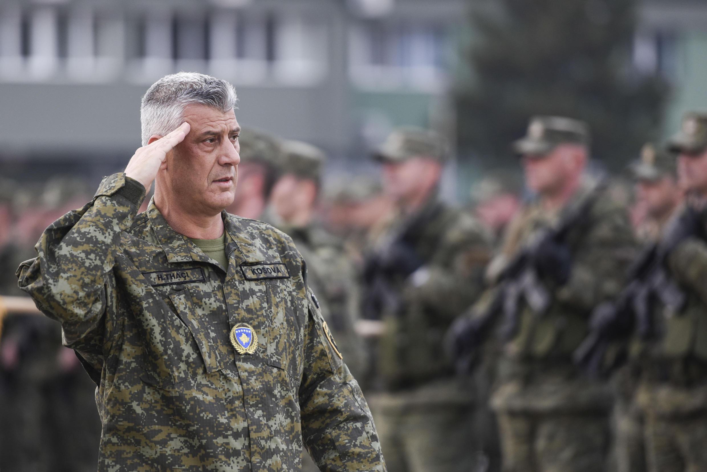 El presidente kosovar Hashim Thaçi frente a los miembros de la Fuerza de Seguridad de Kosovo en Pristina, el 13 de diciembre de 2018.