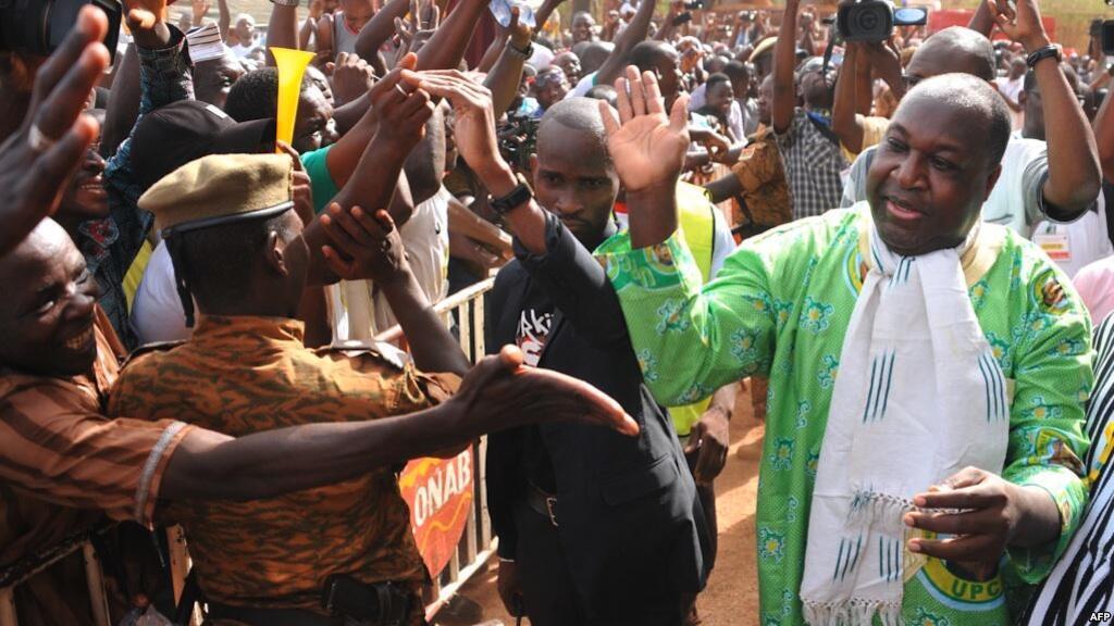 Kiongozi wa upinzani Burkina Faso Zéphyrin Diabré, akikaribishwa na wafuasi wake Ouagadougou, Aprili 29, 2017.