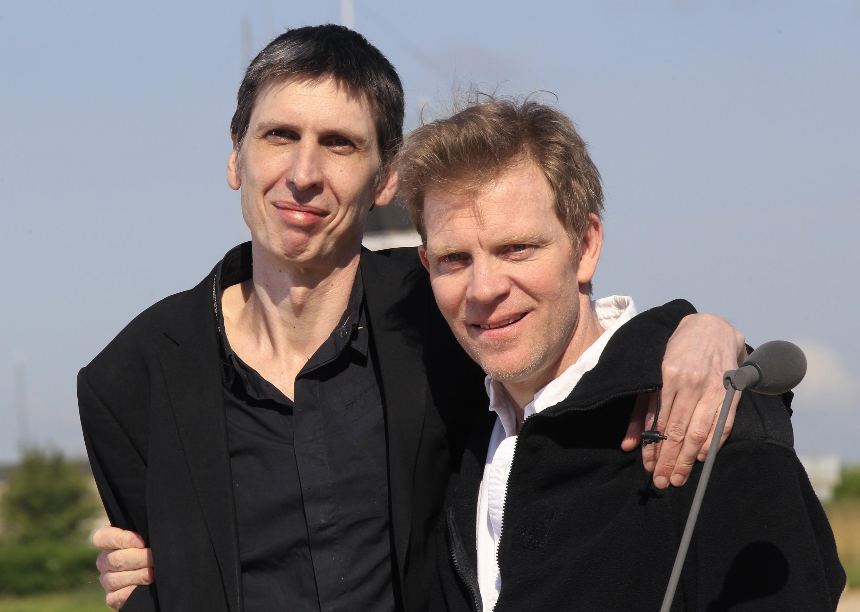 Stéphane Taponier (esq.) e Hervé Ghesquière foram libertados depois de 18 meses de cativeiro no Afeganistão.