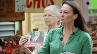 La candidate socialiste Catherine Arkilovitch, ici sur un marché à l'Isle-sur-la-Sorgue le 3 juin 2012, a décidé de se maintenir au second tour des législatives face à l'UMP Jean-Michel Ferrand et à la candidate FN Marion Maréchal-Le Pen.