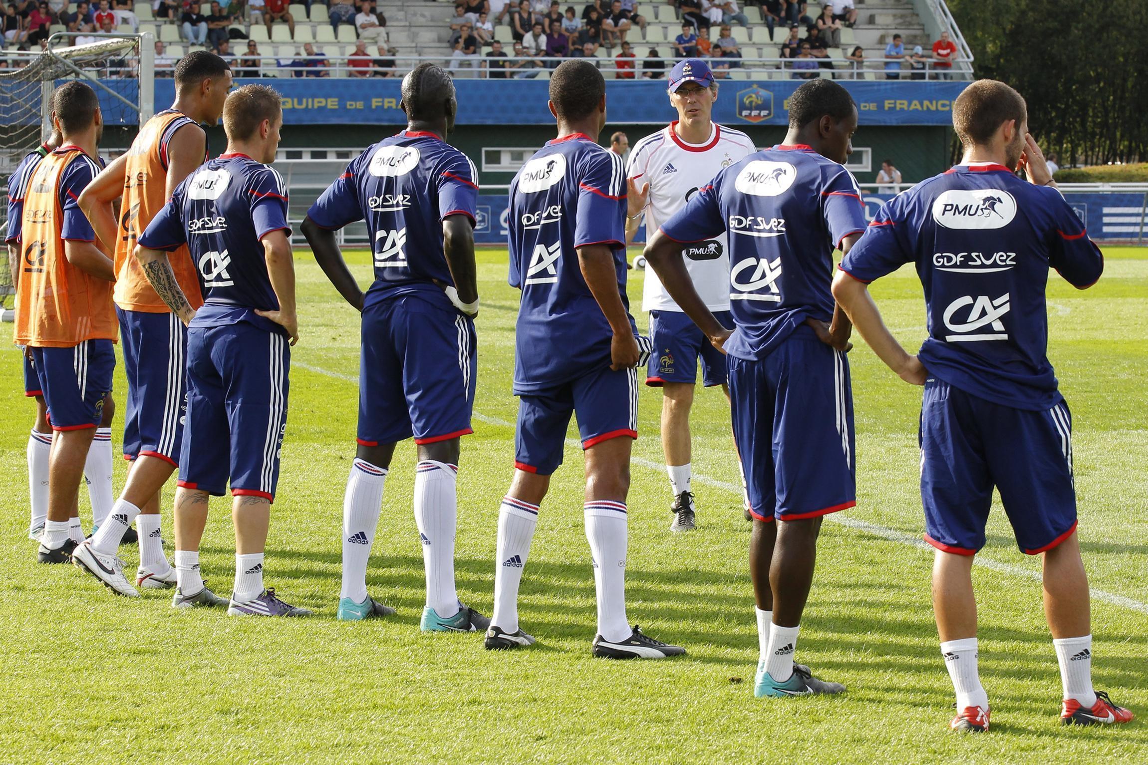 Les Bleus écoutent attentivement le message de Laurent Blanc.