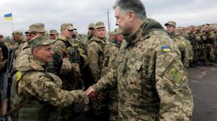 O presidente ucraniano Petro Poroshenko cumprimenta um soldado