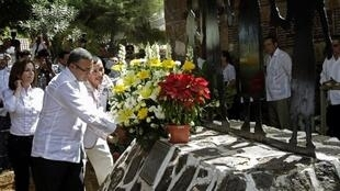 Le président Mauricio Funes dépose des fleurs sur le mémorial des victimes du massacre de 1981, dans le village de El Mozon, le 16 janvier 2012.